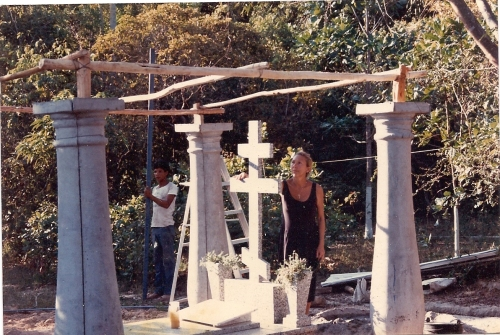 Ludmila fixing to put a big monument that she brought from Ciudad Bolivar by  Plane of Avensa air- line and put the existing cross put by the people, I put it in a higher top, over other hill  hill.