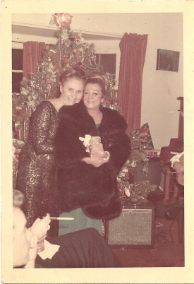 Mama before we left whit Sydney, ho was the best dress maker in sparkles dresses to E. Kit and many others big stars.